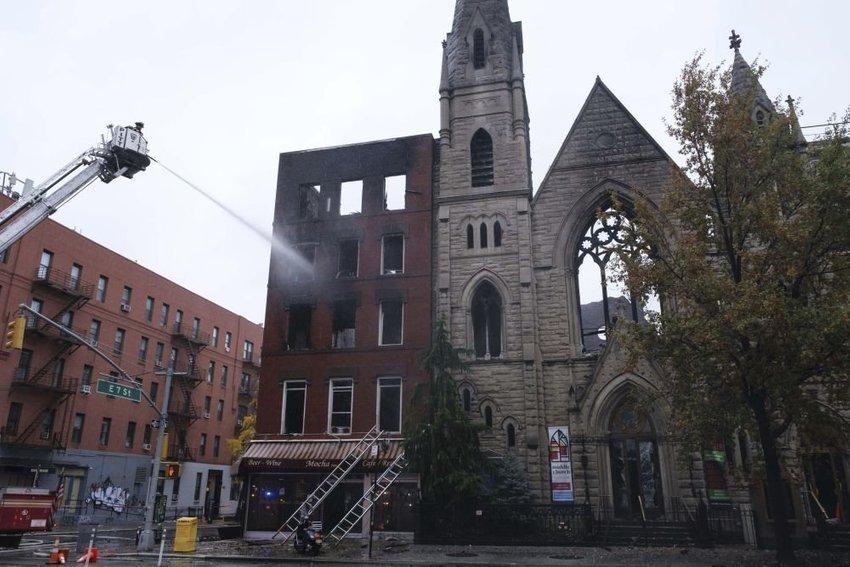 large poziar kostol manhattan bad