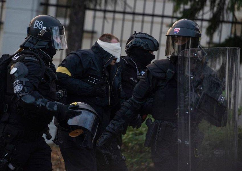 large policajt protest beac