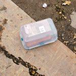 FS odhalila viac ako 100-tisíc nelegálnych cigariet. Páchateľ vyhodil cez okno 90-tisíc eur