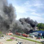 Obrovský požiar v Bratislave, horí sklad s pneumatikami. Dym je vidieť na kilometre